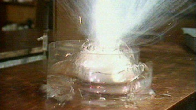 واکنش فلزات قلیایی با آب
